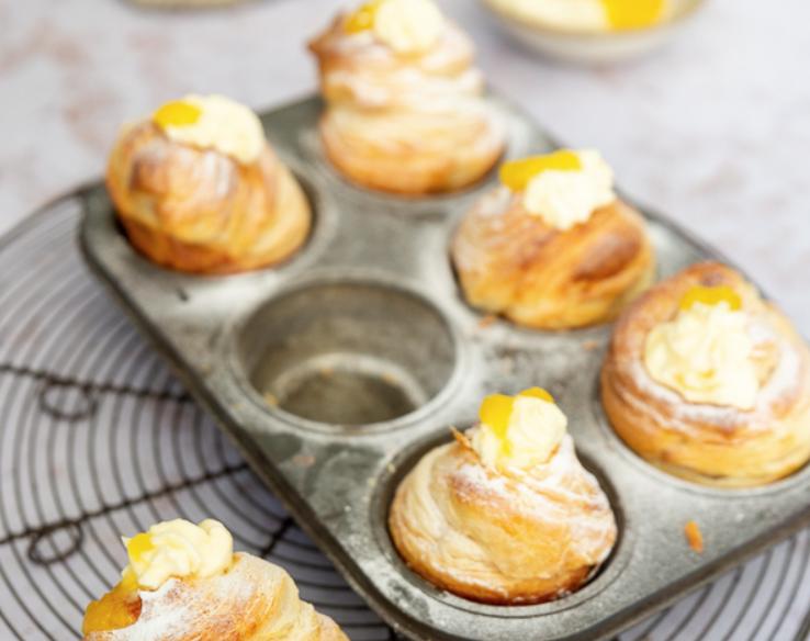 Cruffin met lemon curd en clotted cream