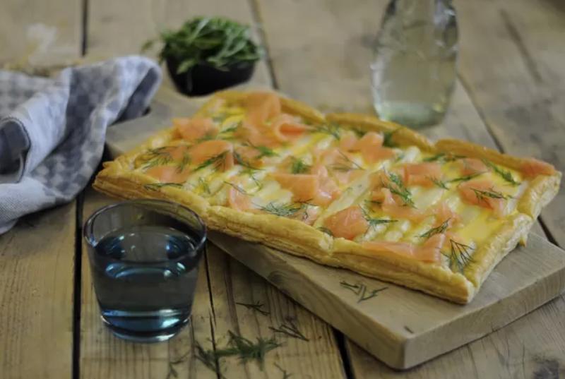 Deze plaatpizza met asperges en gerookte zalm